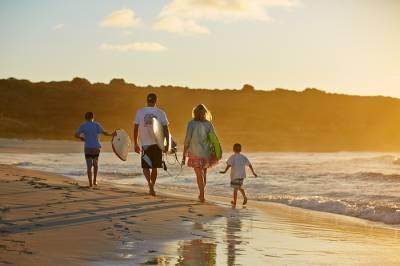 b2ap3_thumbnail_Smiths_Family_On_Beach_At_Sunset_700x467_72dpi.jpg